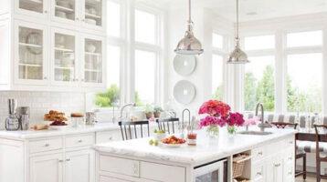 Cuina blanca rústica amb tocs clàssics