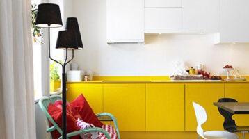 Cuina de color blanc i groc