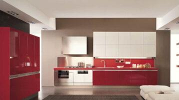 Cuina de color vermell brillant combinat amb blanc