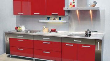 Cuina de color vermell brillant combinat amb acer inoxidable