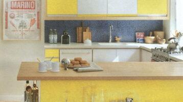 Cuina de color groc combinat amb blanc