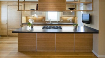 Cuina de fusta combinada amb acer inoxidable