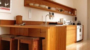 Cuina de fusta en forma de L