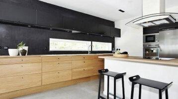 Cuina de fusta amb frontal negre