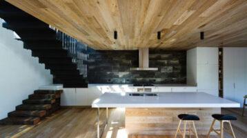 Cuina moderna amb illa i sostre de fusta
