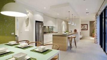 Cuina moderna en colors blanc i verd