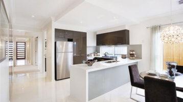 Cuina moderna blanca combinada amb fusta gris