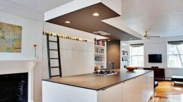 Cuina moderna blanca illa i sostre de de llum