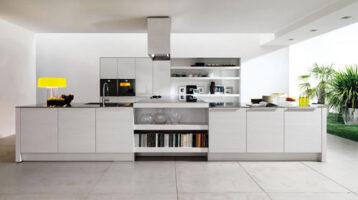Cuina moderna blanca oberta al menjador