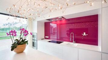 Cuina moderna blanca amb paret vitrificada de color rosa