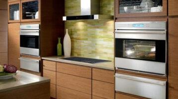 Cuina moderna de fusta amb electrodomestics d'acer inoxidable