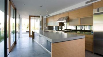 Cuina moderna de fusta i Silestone gris