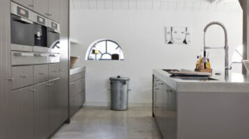 Cuina moderna de color gris mate