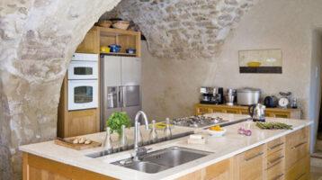 Cuina rústica amb sostre de boveda de pedra