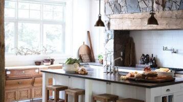 Cuina rústica de fusta natural combinada amb pedra