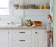 Cuina blanca amb plats de colors decoratius